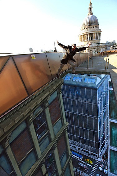 Yüksek bir binanın tepesinden aşağıda akan trafiği gösteren kaldırım sanatı resmi