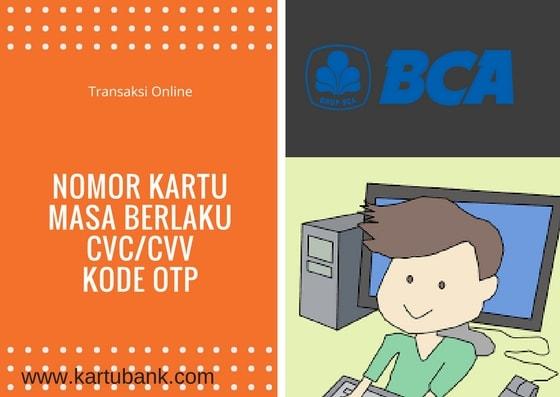 seorang anak sedang transaksi online dengan menggunakan kartu kredit BCA