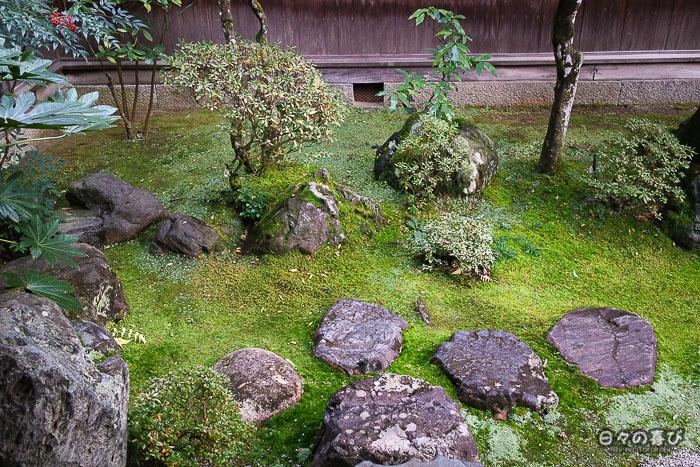 Mousses et pas japonais, jardin intérieur, maison ishitani, Chizu, Tottori