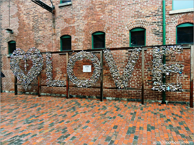 Distillery Historic District en Toronto: Obra Love