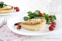 Ensalada con mini tarta de hojaldre de pera, gorgonzola y nueces