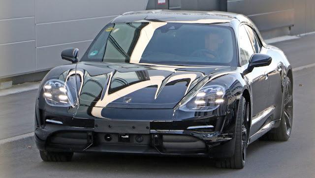 ポルシェ初のEVスポーツカー「タイカン」から派生したクロスオーバー「ミッションEクロスツーリスモ」のプロトタイプが目撃。