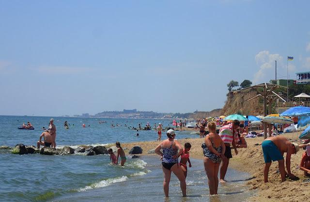 Na głównej plaży miasteczka pełno ludzi