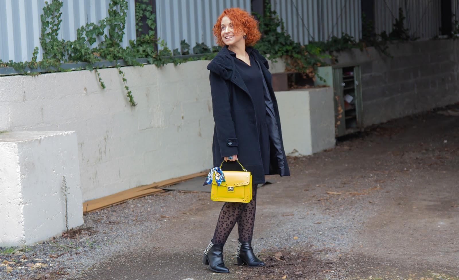 Total look noir et sac coloré