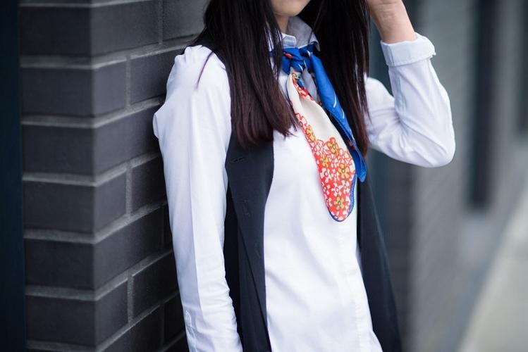 apaszka w eleganckiej stylizacji | stylizacja z apaszką | apaszka | kolorowa apaszka | jak nosić apaszkę | apaszka do białej koszuli | blog modowy | blog o modzie | blogerka modowa | blog szafiarski