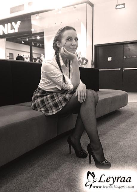 Biała koszula body leyraa-shop.pl, czarne rajstopy, spódnica w czerwoną kratkę, szpilki, makijaż niebieskie gwiazdki pod okiem eyelinerem robione, warkocze dobierane