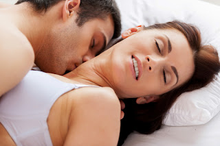 Tại sao con trai thích hôn và sờ ngực con gái