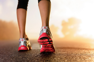 Menentukan Berat Badan Sesuai | Berat badan yang sesuai adalah kunci kepada kesihatan diri kita. Jika berat badan kita ideal semestinya orang akan memuji kita dan akan bertanya bagaimana untuk mendapatkan berat badan yang sesuai?  Sebelum ini AM banyak kongsikan mengenai pemakanan sihat dan seimbang untuk kesihatan. Jika kita mampu untuk mengamalkan pemakanan sihat ini, InsyaAllah tubuh badan kita akan sihat dan sempurna tanpa sebarang penyakit.     Pemakanan sihat dah amalkan tapi bagaimana pula untuk mengetahui adakah berat badan kita milik sekrang sesuai dengan tubuh kita? Mesti ramai yang mengabaikan kesihatan pada diri kita berkaitan rapat dengan berat badan dan fizikal kita.  Sebelum ini AM ada kongsikan juga mengenai berat badan di dalam artikel Petua Meningkatkan Kesuburan. Rupanya berat badan juga memberi kesan kepada kesuburan seseorang. Perlunya untuk mendapat berat badan yang ideal.     Bagaimana untuk mengukur berat badan dan fizikal kita adalah sesuai? Di bawah AM kongsikan bagaimana mengira berat badan dan fizikal kita.  Untuk Perempuan Berat badan yang sesuai untuk perempuan dengan ketinggian 5 kaki adalah 100 paun. Untuk setiap satu inci tambahan, tambah 5 paun. Jika anda lebih rendah dari 5 kaki, tolak 5 paun bagi setiap inci di bawah 5 kaki.  Kemudian anda perlu tentukan samada anda mempunyai kerangka badan yang kecil, sederhana atau besar. Caranya, ukur lilit pergelangan tangan anda. Jika ia berukuran 6 inci, anda mempunyai kerangka sederhana. Justeru berat badan yang dikira tadi tidak perlu diubah. Jika pergelangan tangan anda berukuran kurang dari 6 inci, tolak 10% dari berat yang dikira tadi. Jika melebihi 6 inci, tambah 10% kepada berat badan yang dikira.  Untuk Lelaki    Berat badan yang sesuai untuk lelaki dengan ketinggian 5 kaki adalah 106 paun. Untuk setiap satu inci tambahan, tambah 6 paun.  Untuk menentukan samada anda mempunyai kerangka badan yang kecil,sederhana atau besar, ukur lilit pergelangan tangan anda.  Jika ia berukuran 7 inc