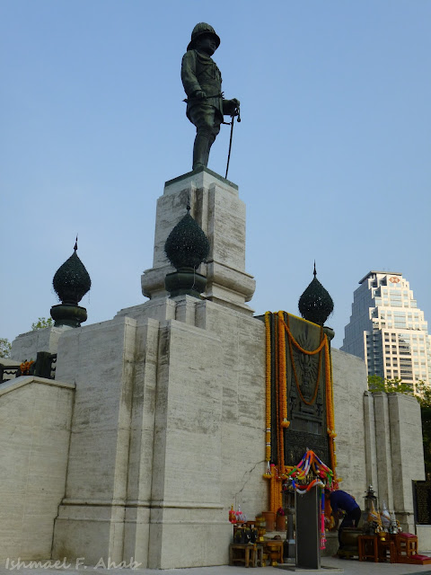 Monument for King Rama VI just outside of Lumphini Park