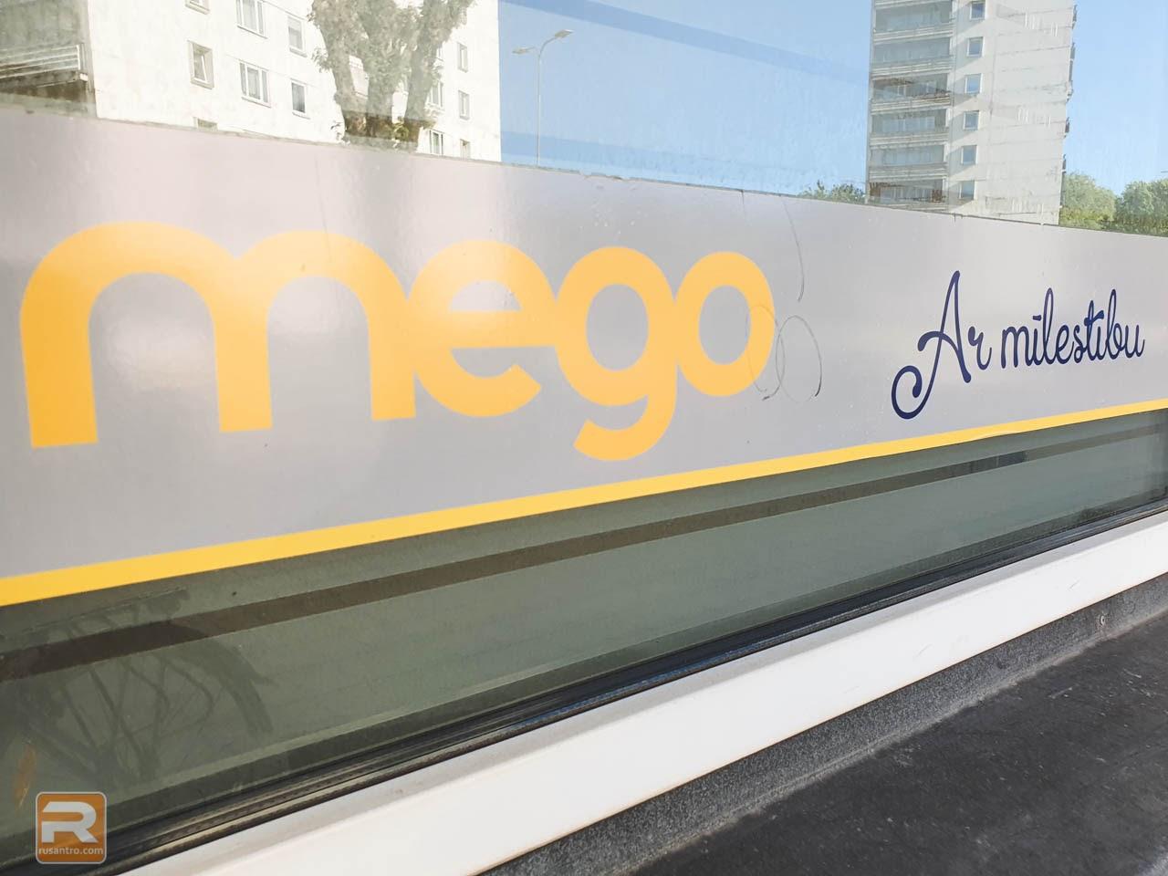 Uzlīme uz veikala loga Mego