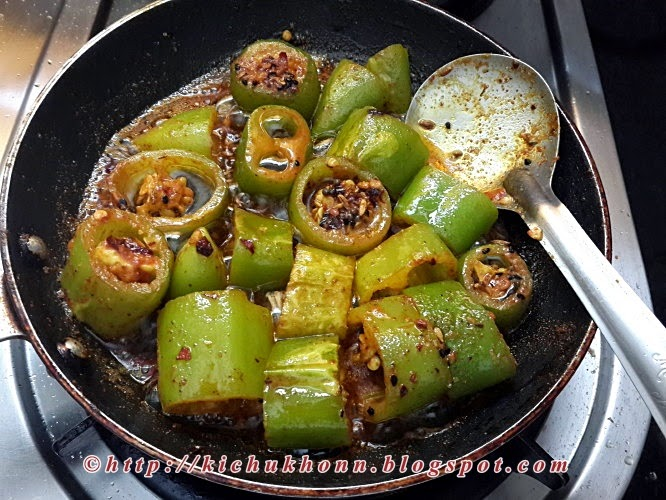 Cooking green chilli pickle
