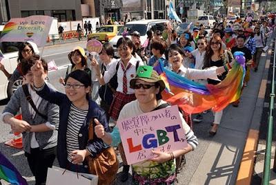 Defensores da comunidade LGBT marcham durante uma parada em Tóquio