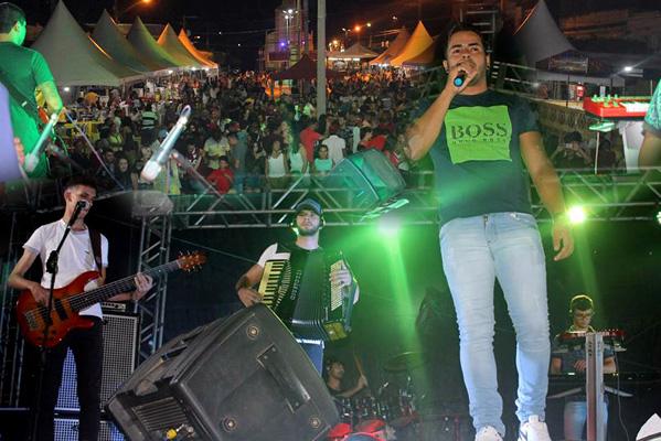 John Farra e Banda brilharam na noite deste domingo da Festa de São Sebastião 2019 em Iguaracy.