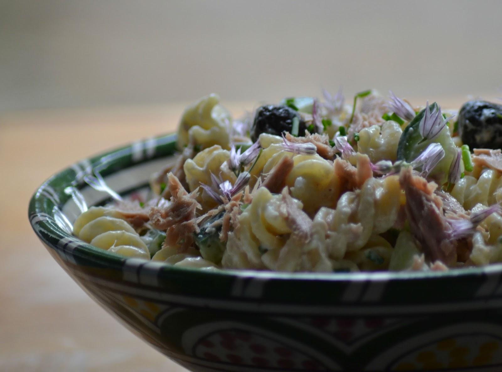 (dag van de) Pastasalade met tonijn, komkommer en bieslook