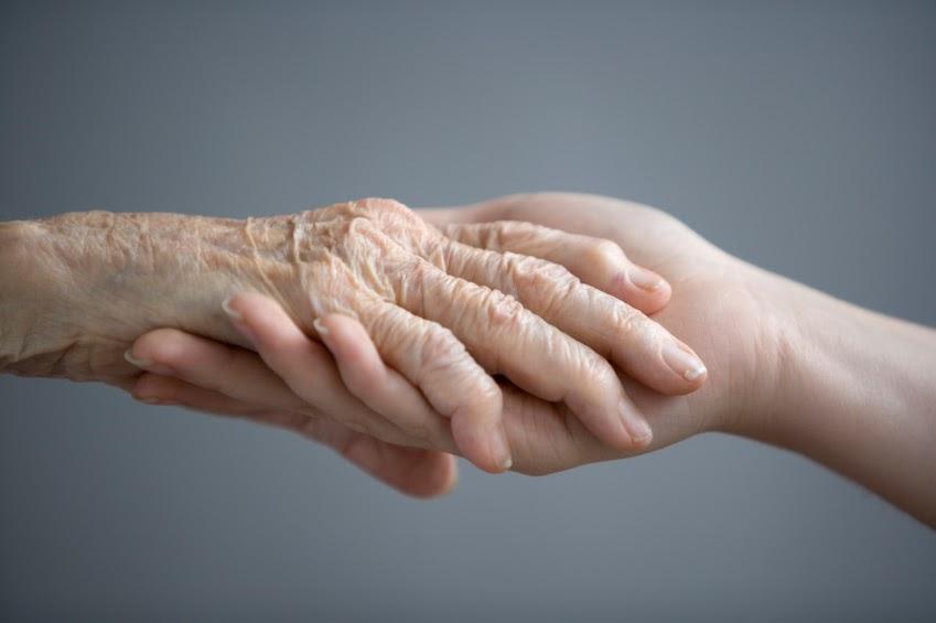 main qui console un malade