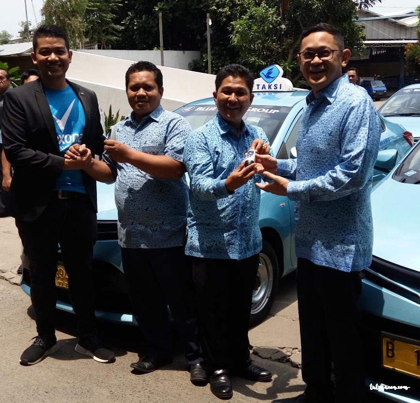Membagikan sample Rexona kepada 5000 pengemudi taksi Blue Bird