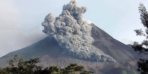 Awan Panas di Atas Gunung Merapi