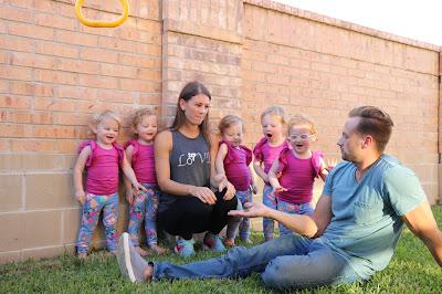 Quíntuplas estão com dois anos e meio e casal se desdobra para acompanhar seis crianças enquanto cuida de negócio próprio - Divulgação