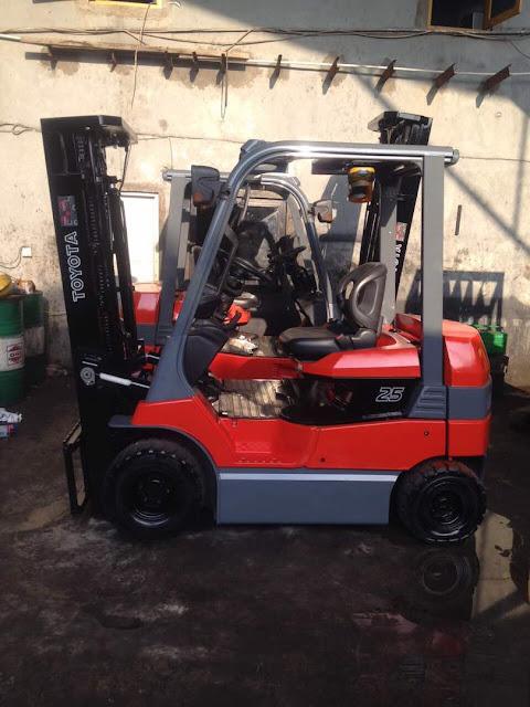dijual Forklift bensin toyota 8fg25 tahun 2010 - tampak samping 2