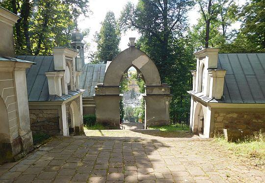 Symboliczna Brama Sądu.