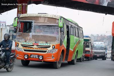 ど迫力なネパールのバス