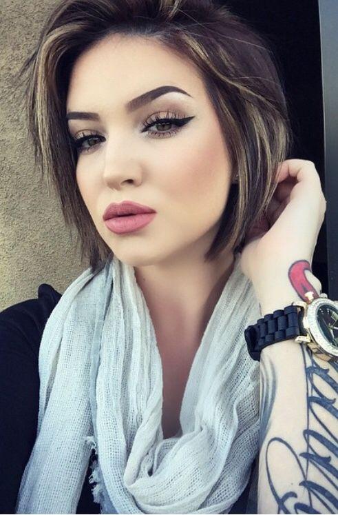 Chica swag con tatuaje en el antebrazo, el tatuaje es de letras cursivas