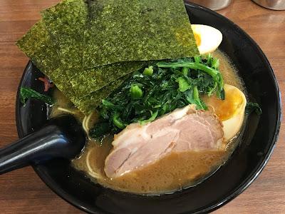 せい家三軒茶屋店のラーメン細麺にほうれん草と味玉をトッピングしたもの
