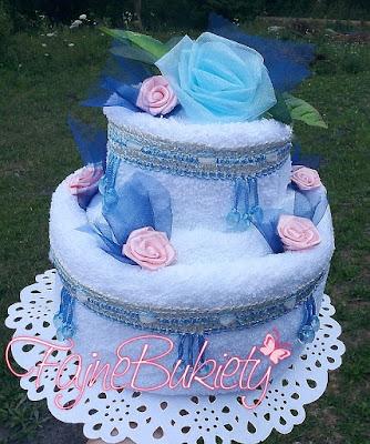 Tort z białych ręczników na ślub