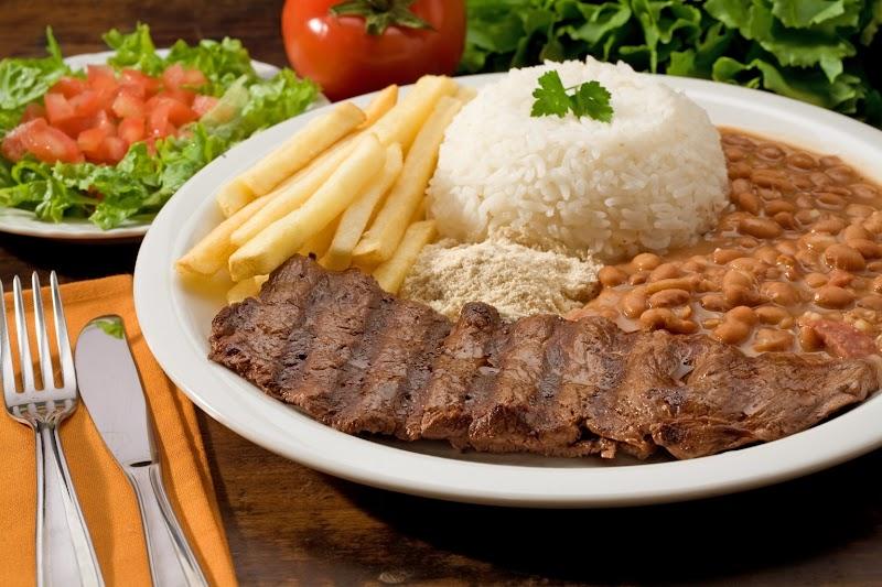 Arroz, feijão, bife e batata-frita