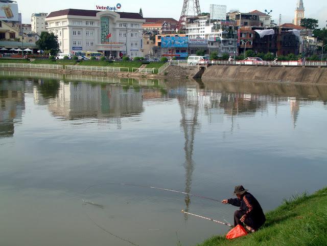 Pêcheur sur le lac Xuan Huong