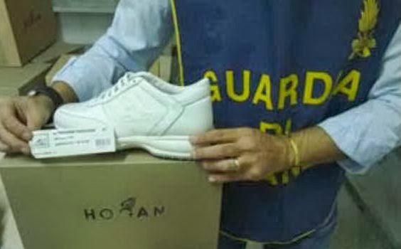 scarpe – prodotte nelle fabbriche clandestine dell hinterland partenopeo –  passavano di mano dai contraffattori campani ai grossisti cinesi che 1c9b91fc11b