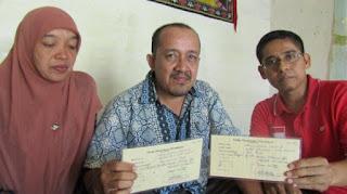 Warga Aceh mejunjukkan obligasi