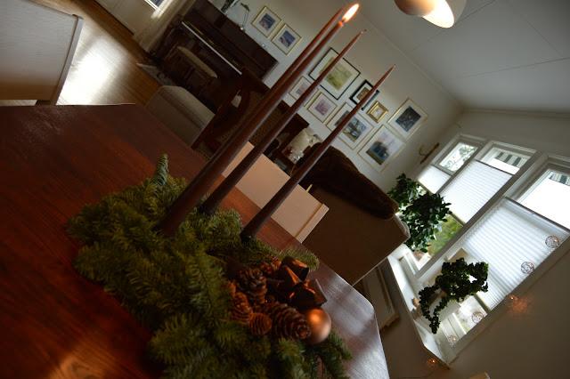 Mitt juleverksted: Lag en adventskrans av edelgran. Adventskrans med det første lyset tent. Furulunden