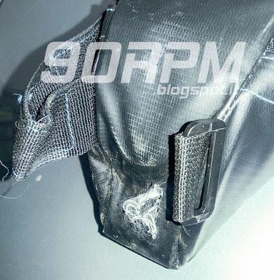 La zona di contatto in questa borsa Roswheel non risulta sufficientemente protetta e il tessuto si danneggia con facilità.