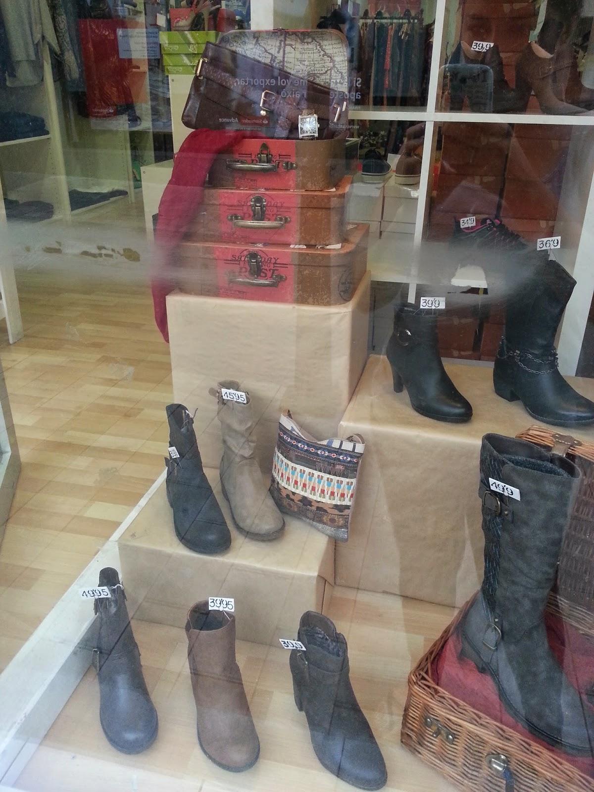 Detalle del escaparate de zapatos y complementos, pas a pas, maletas diy, escaparatismo