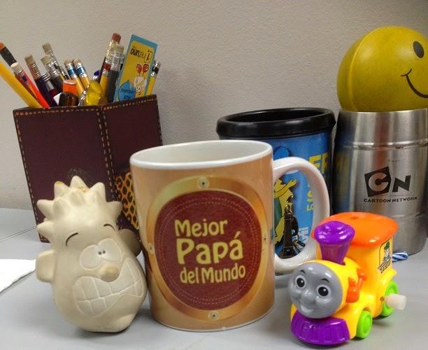 Lapices, Tazas, y juguetes de mi escritorio de trabajo