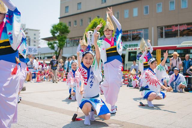高円寺、熊本地震被災地救援募金チャリティ阿波踊り、東京新のんき連の舞台踊りの男踊りと女踊りの踊り手の写真