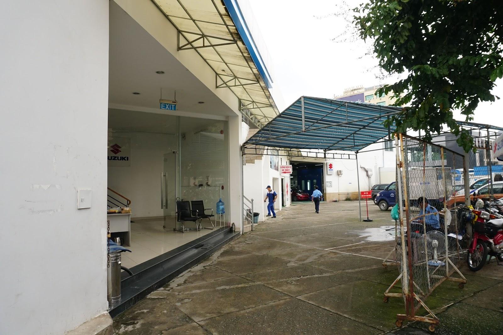 Khu vực để xe ô tô và xe máy của khách hàng, bảo vệ rất vui vẻ và miễn phí