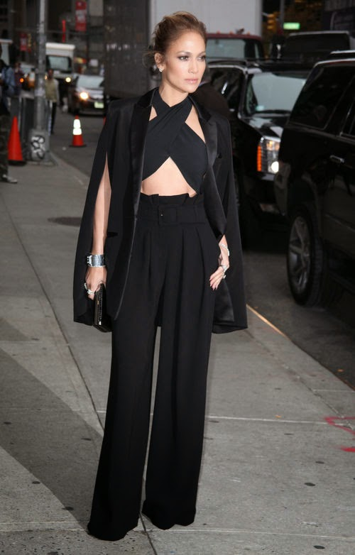 At a gig in New York | hot and classy! J.Lo seduced in Midrift-look
