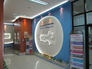 Desain Dinding Kantor Dengan Hidden LED Lamps + Lampu Spot + Furniture Semarang