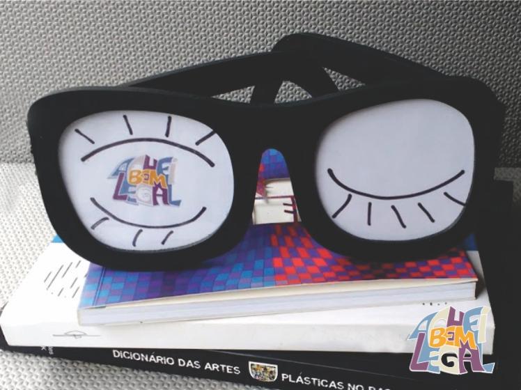 porta-retrato de madeira em formato de óculos na cor preta