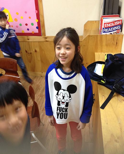 Baju kaos seorang anak yang sedang belajar bahasa Inggris di Korea