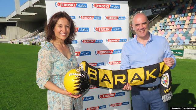 La directora de ventas de Viajes Eroski, Patricia Clotet, junto al presidente del Barakaldo CF, Orlando Sáiz