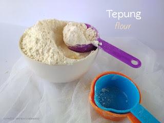 Tepung terigu adalah salah satu bahan dasar cake