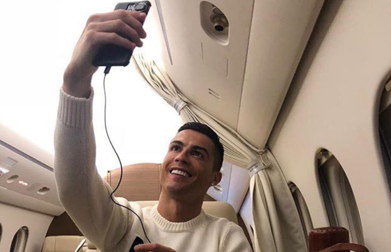 Scomparsa Emiliano Sala: Cristiano Ronaldo criticato per la fotografia in aereo su Instagram e Twitter.