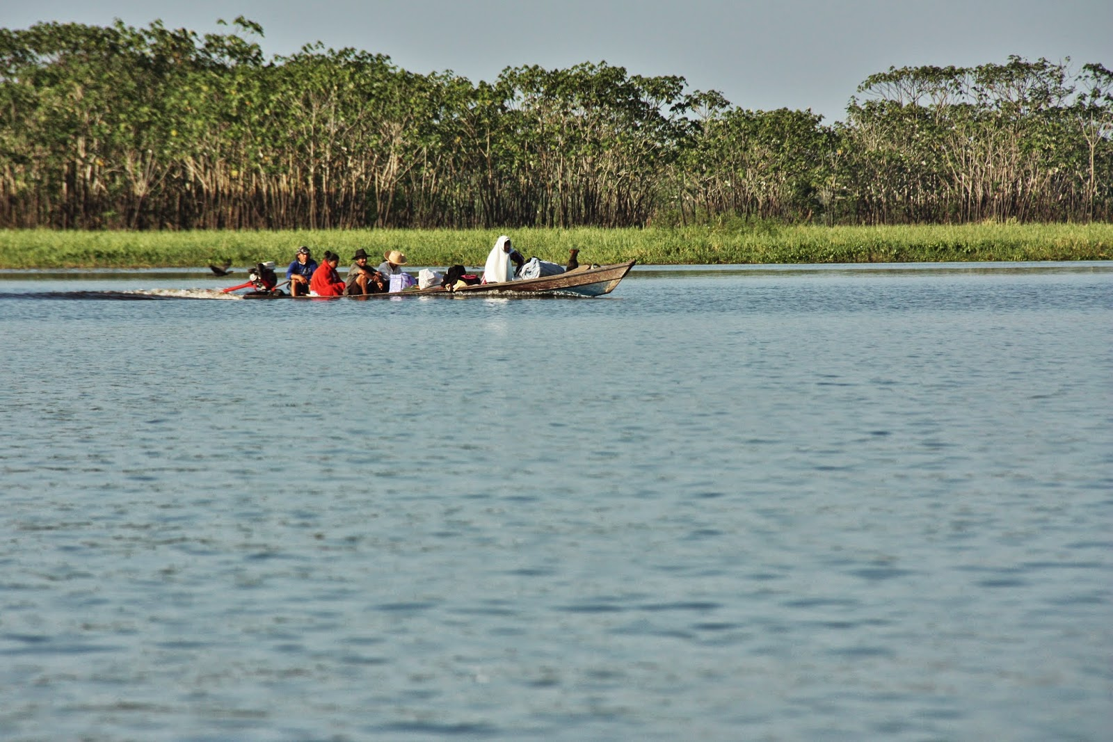 Nativos da Amazônia em barco comunitário.