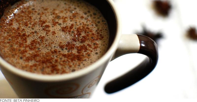 Chocolate quente fit: O nome já diz tudo: um chocolate quente para consumir sem culpa. A receita também pode ser adaptada para quem faz uso de dieta vegana, já que o leite desnatado pode ser substituído por leite vegetal.