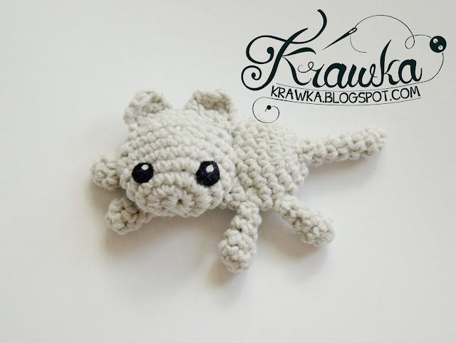 Krawka: Grey cat, white kitten, brooch and hairpin free crochet pattern.