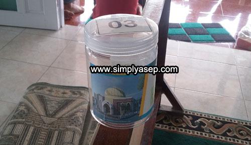 SHADAQAH JIMPITAN :  Inilah Sodaqah Jimpitan dalam bentuk tabung plastik, dan setiap rumah akan mendapatkan 1 tabung ini untuk diisi eikhlasnya dan akan dijemput di akhir bulan. Foto Asep Haryono
