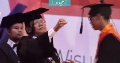 Momen Lucu Saat Wisuda, Rektor Ini 'Dianggurin' Sama Mahasiswa Konyol